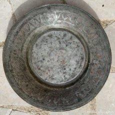 Antigüedades: ANTIGUO PLATO , TAMAÑO GRANDE , PARECE DE COBRE , PLATEADO , Y CON DECORACION INCISA DE FILIGRANA .. Lote 243250505