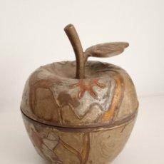 Antigüedades: MANZANA EN BRONCE ESMALTADO PINTADO A MANO.. Lote 243254630