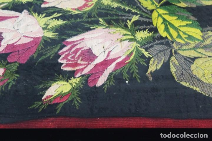 Antigüedades: Labor de bordado sobre seda. Enmarcada. ca 1900 - Foto 5 - 243349665
