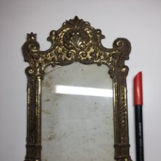 Antigüedades: MARCO ANTIGUO DE LATÓN DORADO REPUJADO PARA SACRA, RELICARIO. Lote 243356680