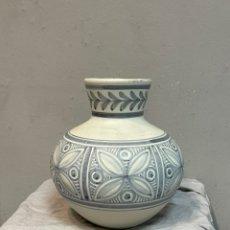 Antigüedades: BONITO JARRÓN FLORERO TALAVERA. Lote 243422095