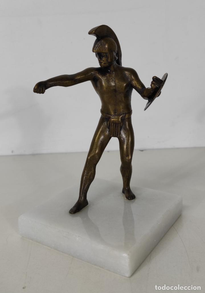 ESCULTURA - SOLDADO ESPARTANO CON ESCUDO - FIGURA EN BRONCE - PEANA DE MÁRMOL (Antigüedades - Hogar y Decoración - Figuras Antiguas)