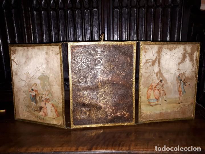 MUY ANTIGUO ESPEJO DE VIAJE TRÍPTICO CON DECORACIÓN DE ESCENAS ROMÁNTICAS (Antigüedades - Muebles Antiguos - Espejos Antiguos)