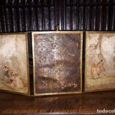Antigüedades: MUY ANTIGUO ESPEJO DE VIAJE TRÍPTICO CON DECORACIÓN DE ESCENAS ROMÁNTICAS. Lote 243604775