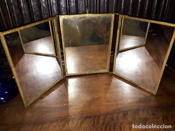 Antigüedades: MUY ANTIGUO ESPEJO DE VIAJE TRÍPTICO CON DECORACIÓN DE ESCENAS ROMÁNTICAS - Foto 2 - 243604775