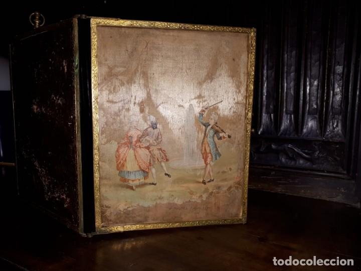 Antigüedades: MUY ANTIGUO ESPEJO DE VIAJE TRÍPTICO CON DECORACIÓN DE ESCENAS ROMÁNTICAS - Foto 4 - 243604775