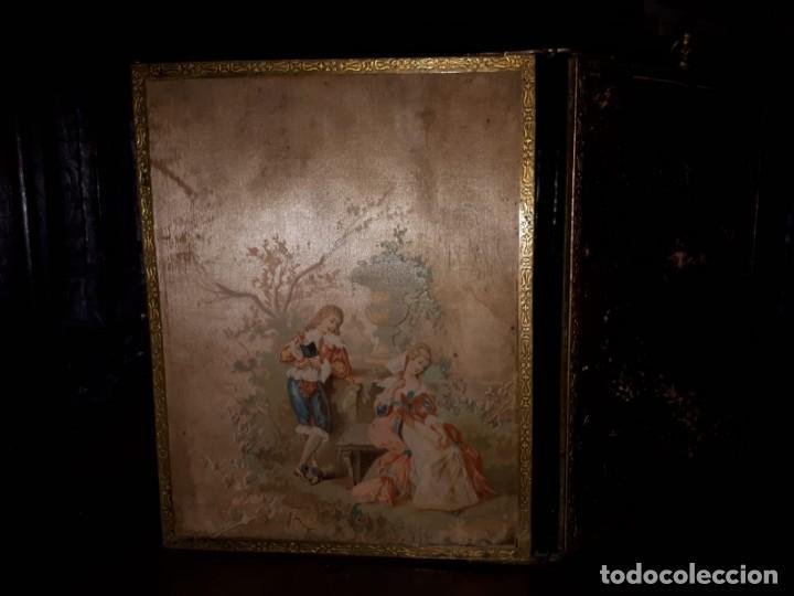 Antigüedades: MUY ANTIGUO ESPEJO DE VIAJE TRÍPTICO CON DECORACIÓN DE ESCENAS ROMÁNTICAS - Foto 9 - 243604775