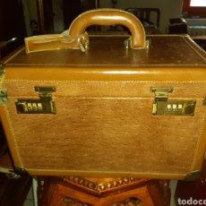 Antigüedades: CAJA DE CON CIERRE DE CLAVES, FORRADA EN CUERO.. Lote 243608155