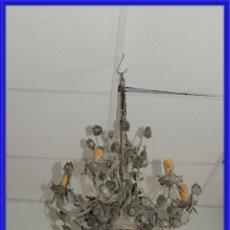 Antigüedades: LAMPARA CON 6 BRAZOS DE METAL Y FLORES. Lote 243646435