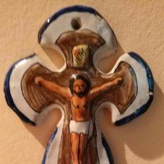 Antigüedades: ARTÍCULO RELIGIOSO PARA AGUA BENDITA - BENDITERA CERÁMICA - NOS F.F. PUENTE - 20CM X 13CM 8CM. Lote 243661020