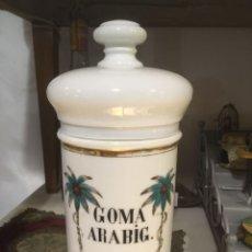 Antigüedades: ANTIGUO ALBARELO DE FARMACIA GOMA ARABIG, PORCELANA BLANCA DECORADA Y DORADA.28 X 13 CMS. Lote 243680550