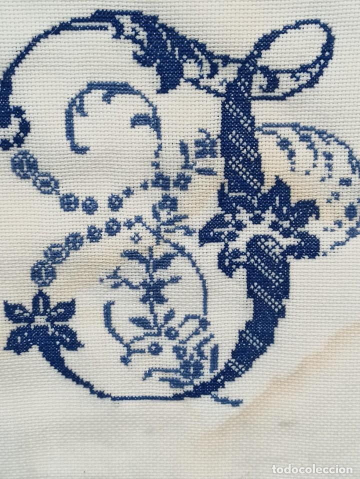 Antigüedades: Inicial bordada enmarcada en madera. PF - Foto 2 - 243804435
