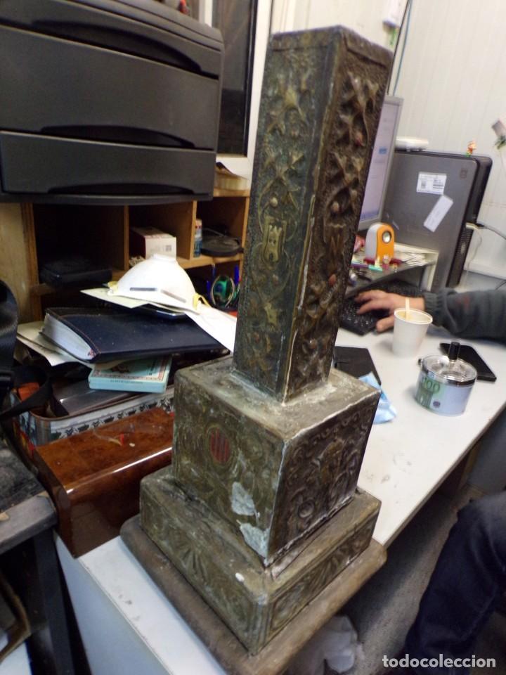 Antigüedades: antiguo gran candelabro supongo iglesia madera forrada de metal cincelado corona castillo - Foto 3 - 243866760