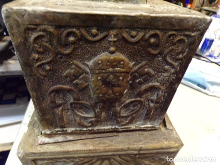 Antigüedades: antiguo gran candelabro supongo iglesia madera forrada de metal cincelado corona castillo - Foto 5 - 243866760