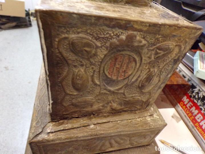 Antigüedades: antiguo gran candelabro supongo iglesia madera forrada de metal cincelado corona castillo - Foto 8 - 243866760