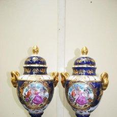 Antigüedades: PAREJA DE JARRONES PORCELANA AZUL COBALTO. Lote 243961170