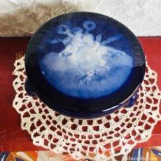 Antigüedades: BOMBONERA CHIC PORCELANA FRANCESA ESCENA ANGELICAL. Lote 244011380
