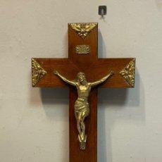 Antigüedades: CRUCIFIJO DE MADERA CRISTO EN LATÓN. Lote 244020665