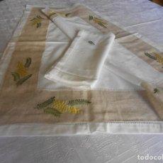 Antigüedades: MANTEL CON 4 SERVILLETAS, BORDADA MIMOSAS. MEZCLA COLOR BLANCO,CENEFA BEIGE. 90 X90 CM.NUEVO. Lote 244164570