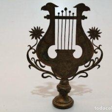 Antigüedades: REMATE DE BANDERA O ESTANDARTE DE BANDA O CORO MUSICAL, (CIRCA 1900), (20X15). Lote 244175870