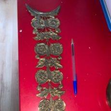 Antigüedades: GRAN ADORNO PARA MUEBLE. MOTIVOS FLORALES BRONCE. 40 X 11 CM. Lote 244202895