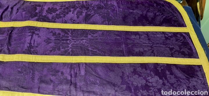 Antigüedades: Casulla de seda morada con galón amarillo. - Foto 9 - 44247487