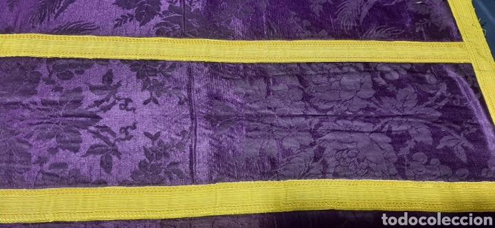 Antigüedades: Casulla de seda morada con galón amarillo. - Foto 11 - 44247487
