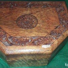 Antigüedades: CAJA DE MADERA CON INCISOS. Lote 244420270