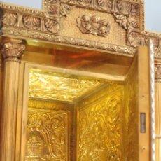 Antigüedades: SAGRARIO DE BRONCE, LATÓN Y MADERA, DECORADO CON ESCENAS RELIGIOSAS. HACIA 1900.. Lote 244442470