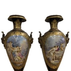 Antigüedades: PAREJA DE JARRONES EN PORCELANA FRANCESA DE SEVRES DEL SIGLO XIX. Lote 244448170