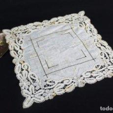 Antigüedades: REF. E3 - PAÑUELO DE BATISTA CON LABOR DE GUIPURE Y BORDADOS 27X27CM. Lote 244497945