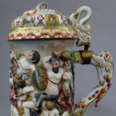 Antigüedades: JARRA CON TAPA CAPODIMONTE EN PORCELANA ESMALTADA DECORACIÓN EN RELIEVE BATALLA ITALIA SIGLO XIX. Lote 244549025