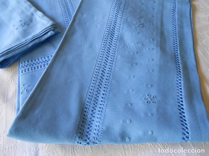 Antigüedades: Manteleria con 6 servilletas.Bordado a mano,dibujo mil bodoques .Azul claro 100 x 150 cm.Nuevo - Foto 2 - 244549065