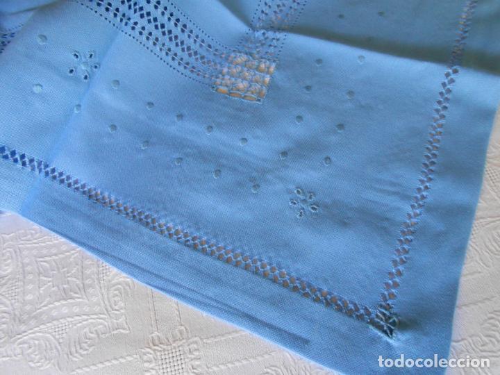 Antigüedades: Manteleria con 6 servilletas.Bordado a mano,dibujo mil bodoques .Azul claro 100 x 150 cm.Nuevo - Foto 3 - 244549065