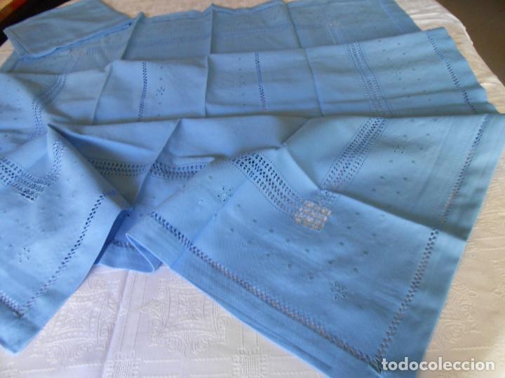 Antigüedades: Manteleria con 6 servilletas.Bordado a mano,dibujo mil bodoques .Azul claro 100 x 150 cm.Nuevo - Foto 5 - 244549065