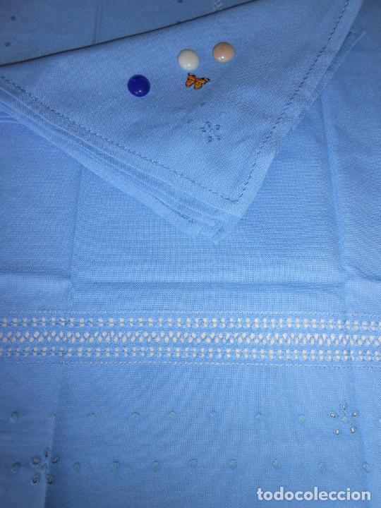 Antigüedades: Manteleria con 6 servilletas.Bordado a mano,dibujo mil bodoques .Azul claro 100 x 150 cm.Nuevo - Foto 8 - 244549065