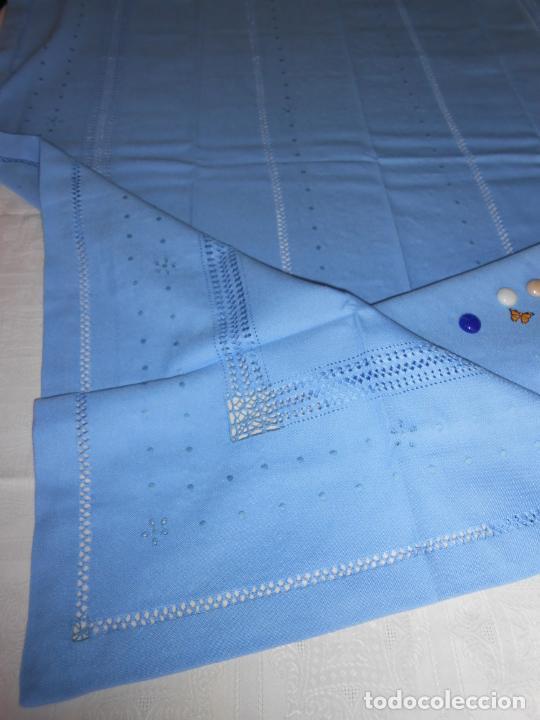 Antigüedades: Manteleria con 6 servilletas.Bordado a mano,dibujo mil bodoques .Azul claro 100 x 150 cm.Nuevo - Foto 10 - 244549065