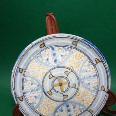 Antigüedades: PRECIOSO Y ANTIGUO PLATO DE MANISES CERAMICA PINTADA A MANO MITAD SG.XX.. Lote 244553970