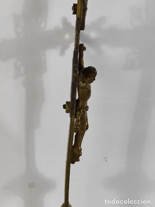 Antigüedades: Antiguo Crucifijo de Sobremesa Neogótico - Cristo a la Cruz - Bronce Cincelado - Finales XIX - Foto 6 - 244578790