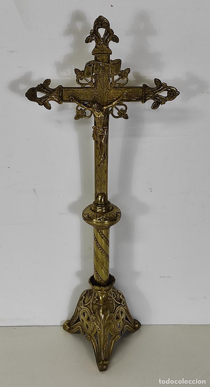 ANTIGUO CRUCIFIJO DE SOBREMESA NEOGÓTICO - CRISTO A LA CRUZ - BRONCE CINCELADO - FINALES XIX (Antigüedades - Religiosas - Crucifijos Antiguos)