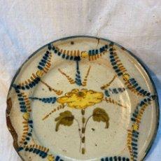 Antigüedades: PLATO TALAVERA CON FLROR EN CENTRO DEFECTOS RESEÑADOS EN FOTOS.. Lote 244599190