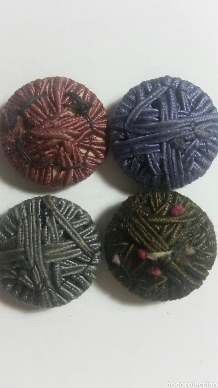 Antigüedades: Lote 4 botones de pasamaneria bordados en madera colores diferentes principio de siglo XX - Foto 2 - 244618455