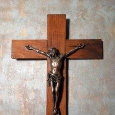 Antigüedades: IMPECABLE MUY ANTIGUO CRUCIFIJO PARED CRISTO CRUCIFICADO MADERA/METAL. Lote 244635825