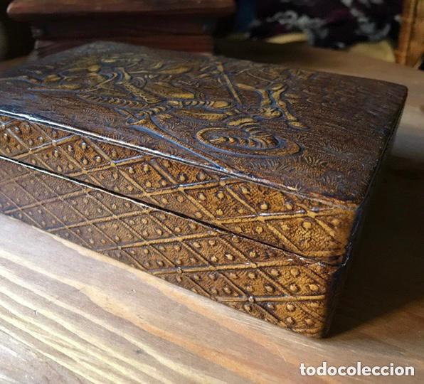 Antigüedades: Tabaquera de madera forrada con cuero repujado, años 60/70 - Foto 2 - 100357911