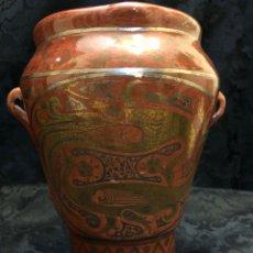 Antigüedades: MORTERO DE TERUEL CON FIGURAS EN REFLEJOS DORADOS Y PLATEADOS FIRMADO ZULOAGA. Lote 244679875