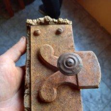 Antigüedades: ANTIGUA PARTE DE UN CERROJO DE PUERTA. Lote 244721555