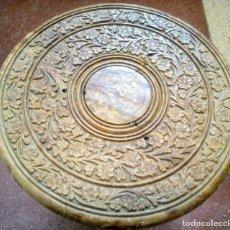 Antigüedades: MESA EN MADERA ESTILO OTOMANO ARTESANÍA CON INCRUSTACIONES DE HUESO Y TALLAS A GUBIA Y FORMÓN .41 CM. Lote 244738610