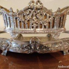 Antigüedades: SURTOUT DE TABLE LOUIS XVI Y JARDINERA. METAL PLATEADO. Lote 244745100