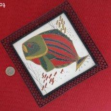 Antigüedades: ALCORA: AZULEJO PINTADO CON MARCO FILIGRANA DE HIERRO. FIGURA DE PEZ (APROX 1950). Lote 244835570