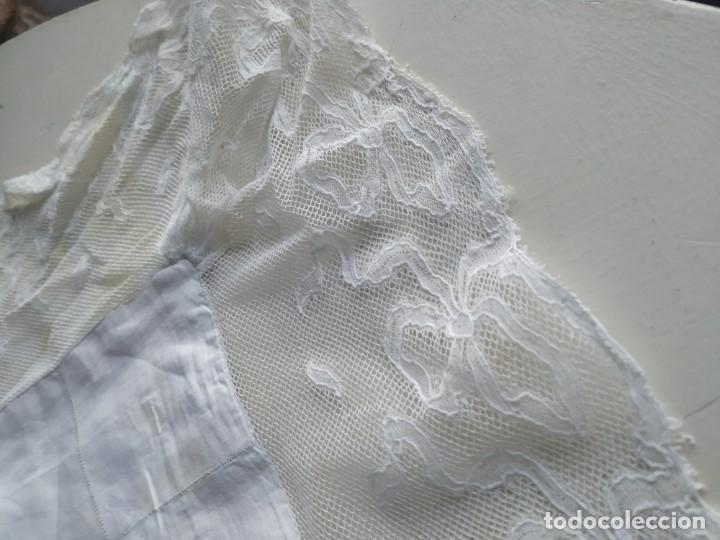 Antigüedades: Antigua funda de almohada cojín de hilo fino con bordados, filtiré y puntilla. Medidas: 84 x 77 cm. - Foto 3 - 244841345